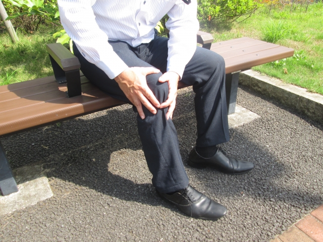 つらい膝痛に悩む男性